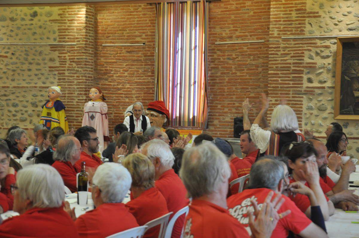 Pendant le repas, chants et bonne humeur.