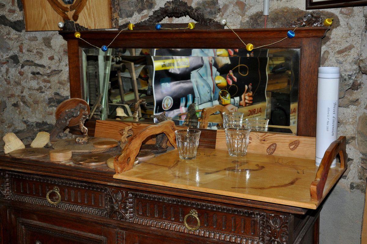 L'art de la table avec vigne, ciste, ajonc, olivier, ronce, pomme de pin ...