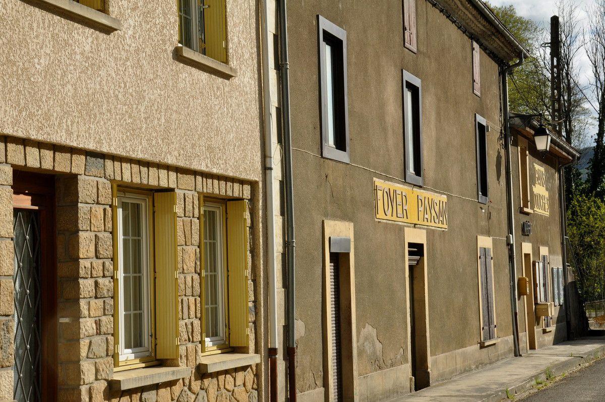 La rue passante avec le Foyer Paysan, les Bains douches et la mairie