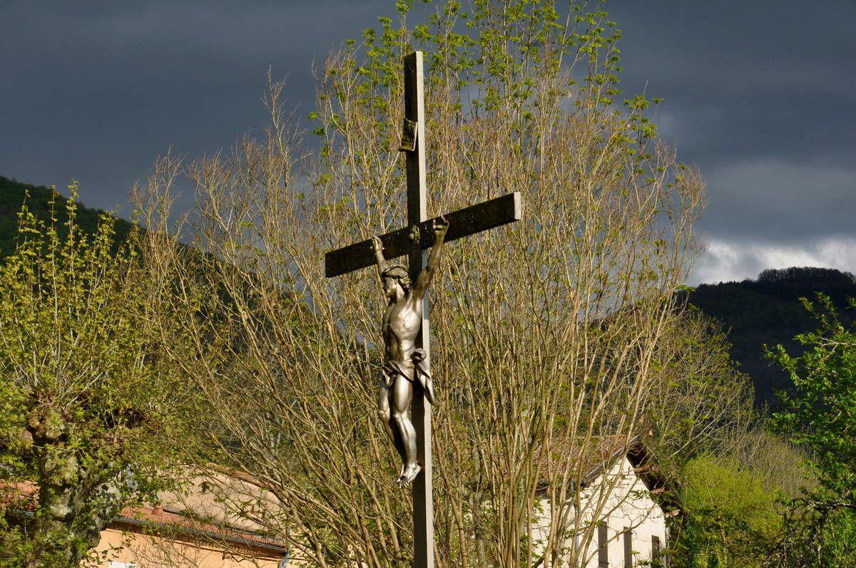 Avec la croix.