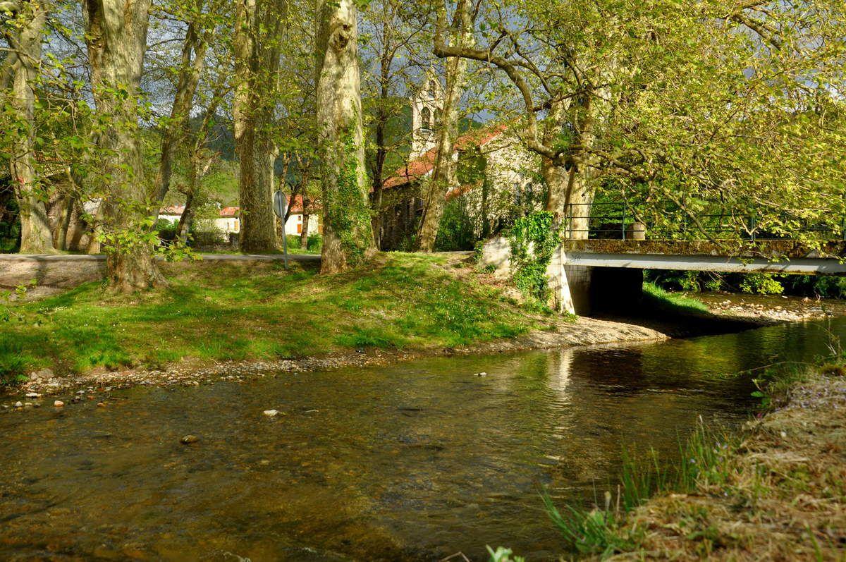 La rivière puis l'église de Celles en Ariège.