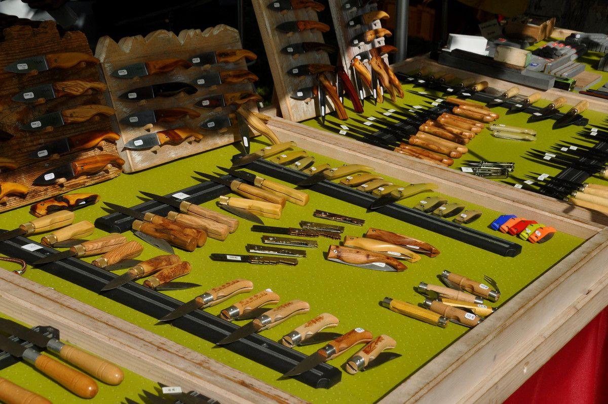 Paniers et couteaux pour l'artisanat d'art.