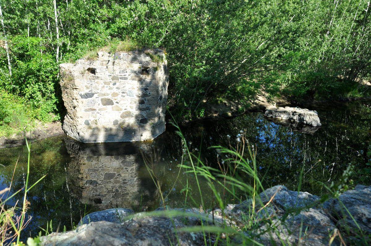 Un pont romain en ruine et l'eau du Desix.