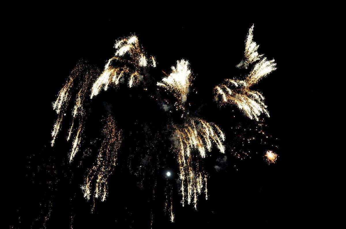 Un peu de photos du feu d'artifice et avec toujours la pleine lune