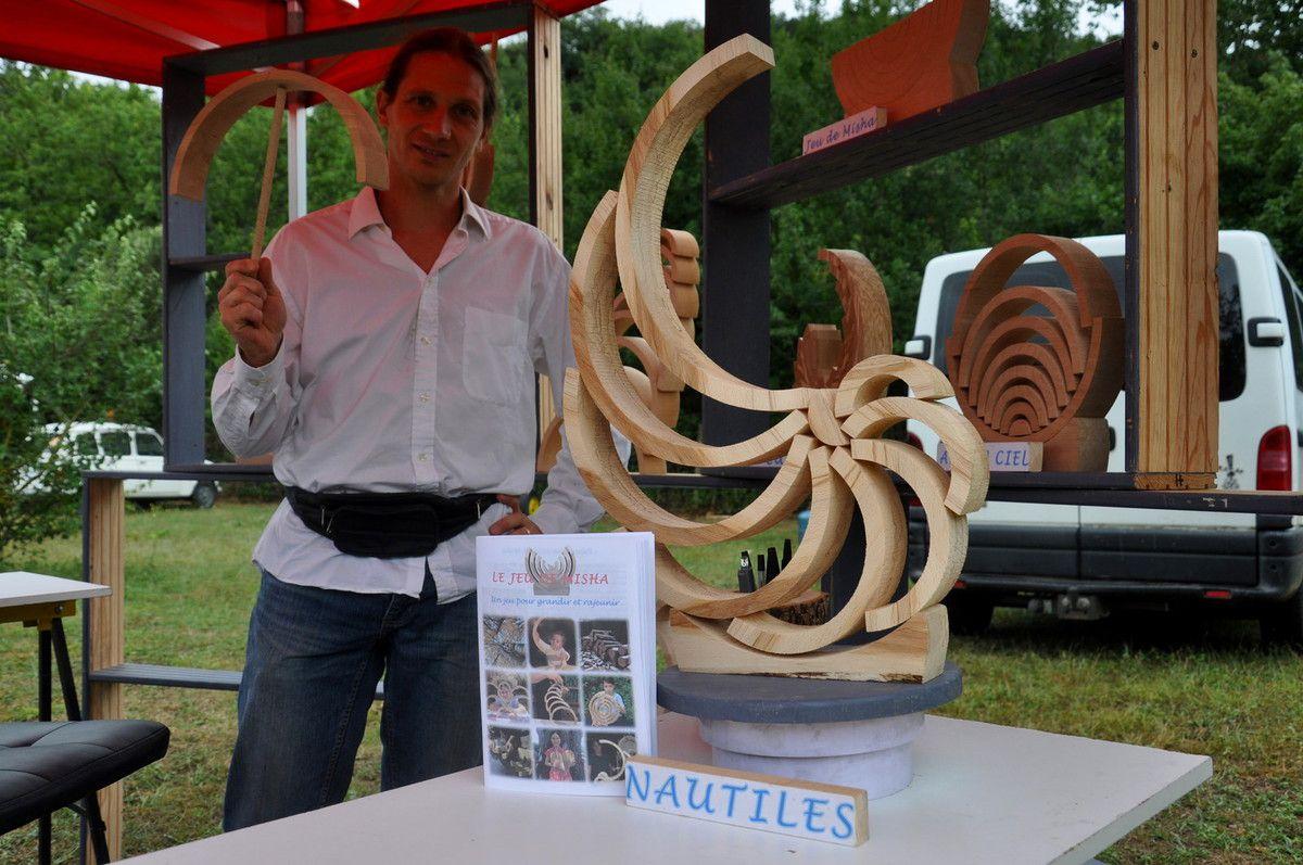Sur le marché de samedi, l'art du bois, de l'art et de l'équillibre.