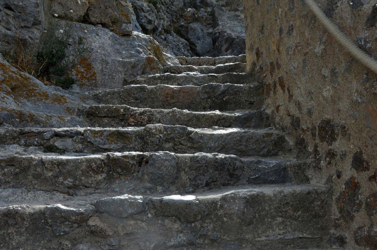 Le plaisir du début de la visite du château. Les cordes sont nouvelles et bien utilisées.