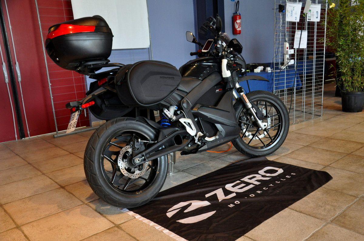 Il est venu avec sans faire de bruit, c'est la moto électrique.