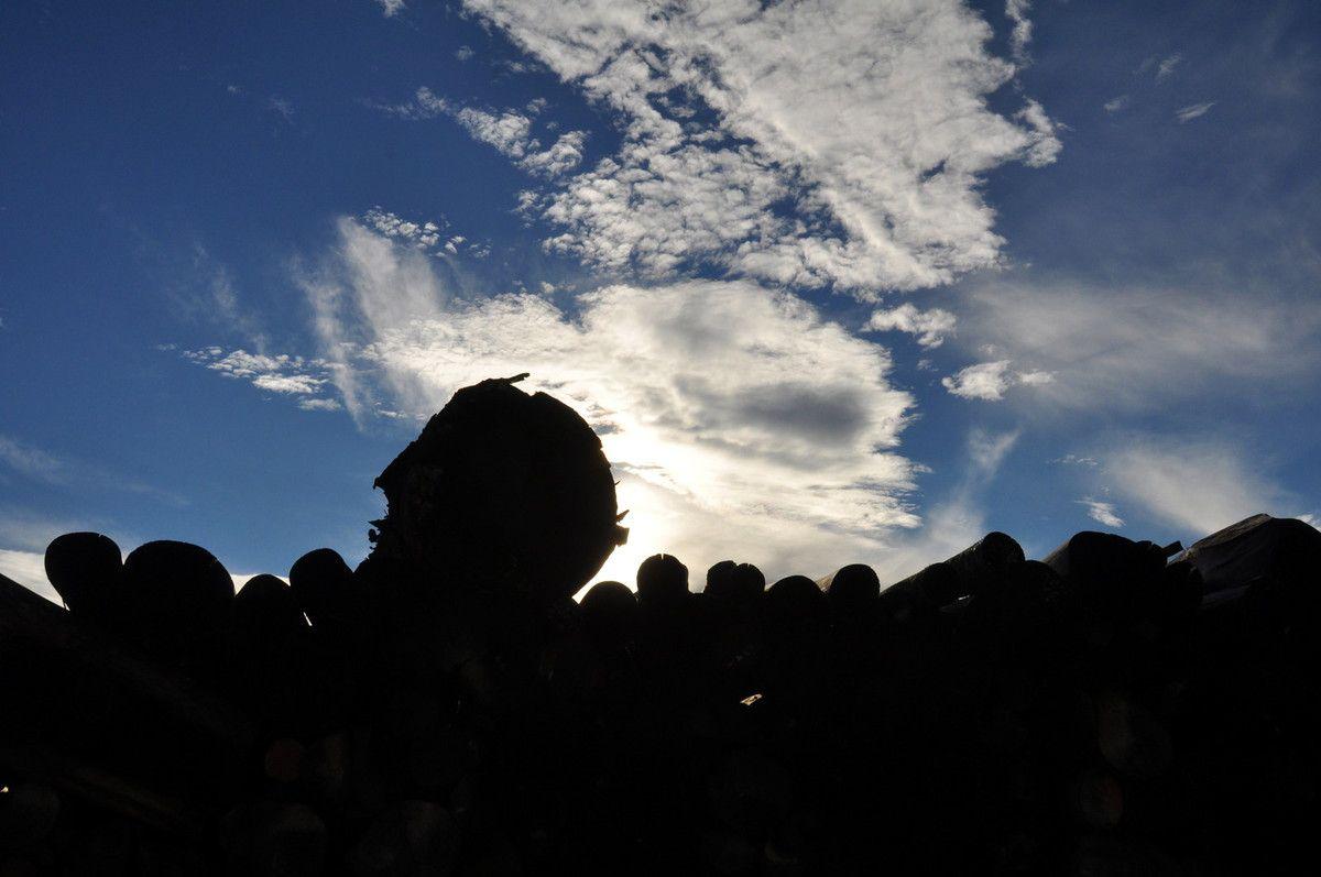 Bois de chauffage et nuages