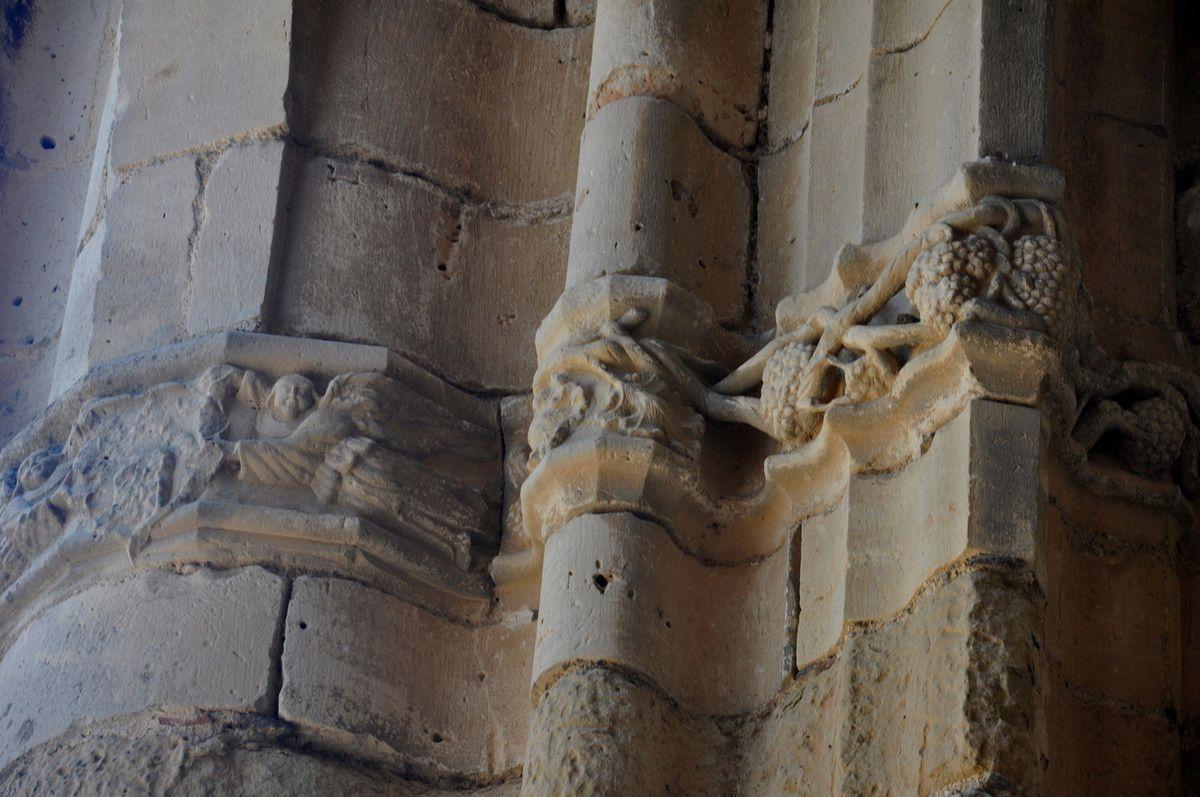 Une belle suite avec des sculptures sur le mur