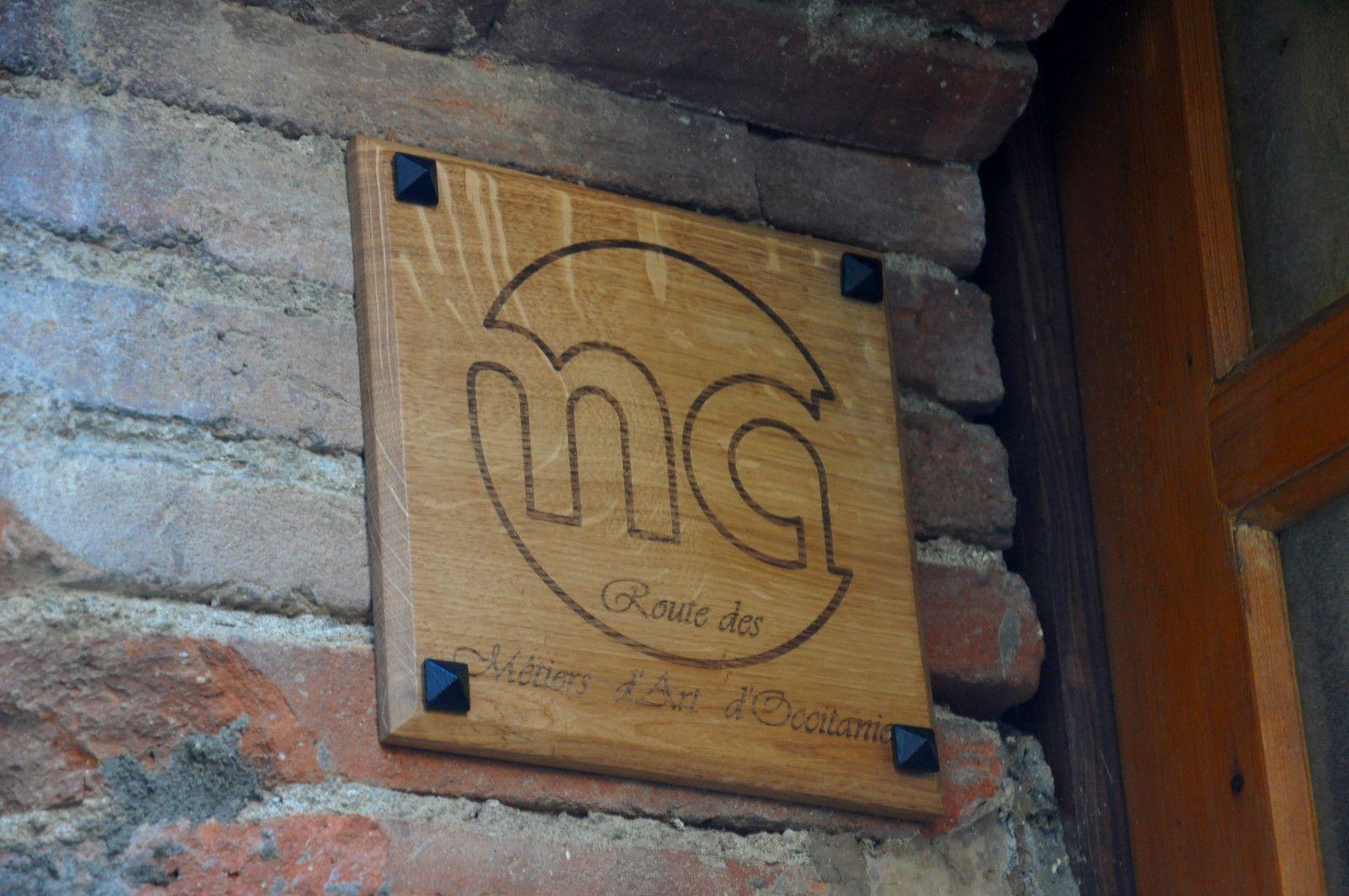 La plaque de chêne est posée devant la porte.