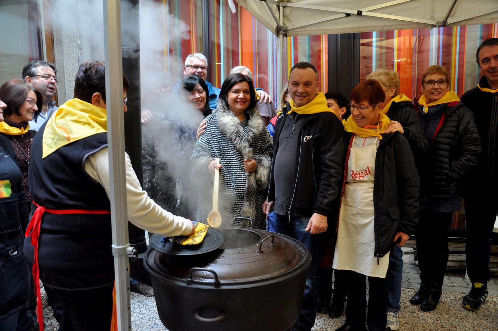 La préparation du repas sous le regard de la maire du Soler
