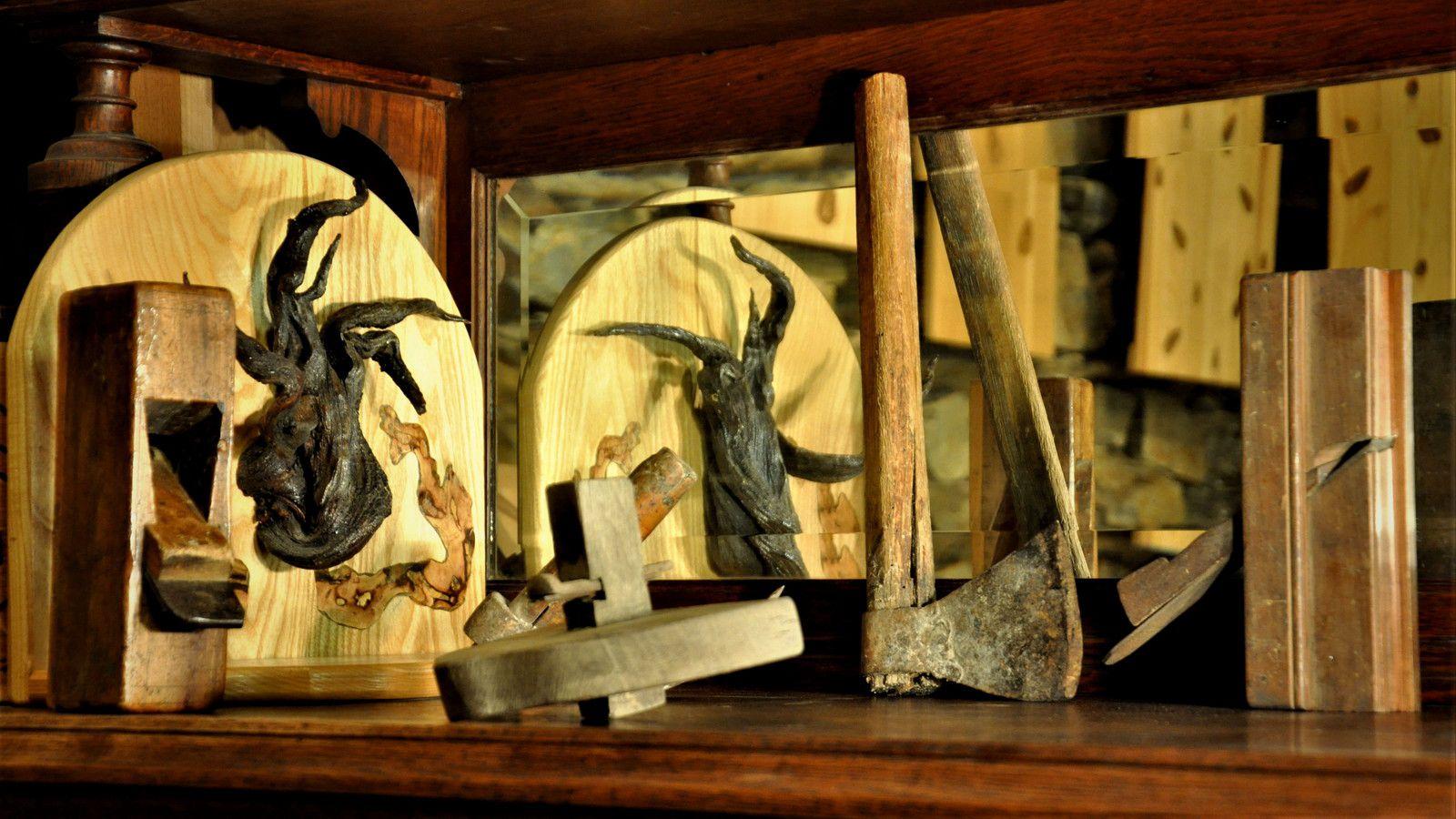 Avec tous les outils anciens pour les fetes des forêts et des métiers d'art