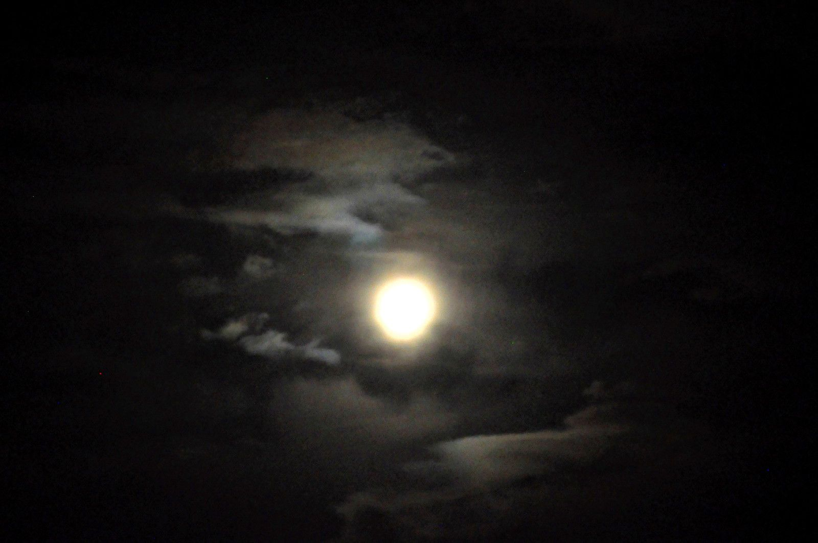 La lune et les nuages dans un jeu photographique.