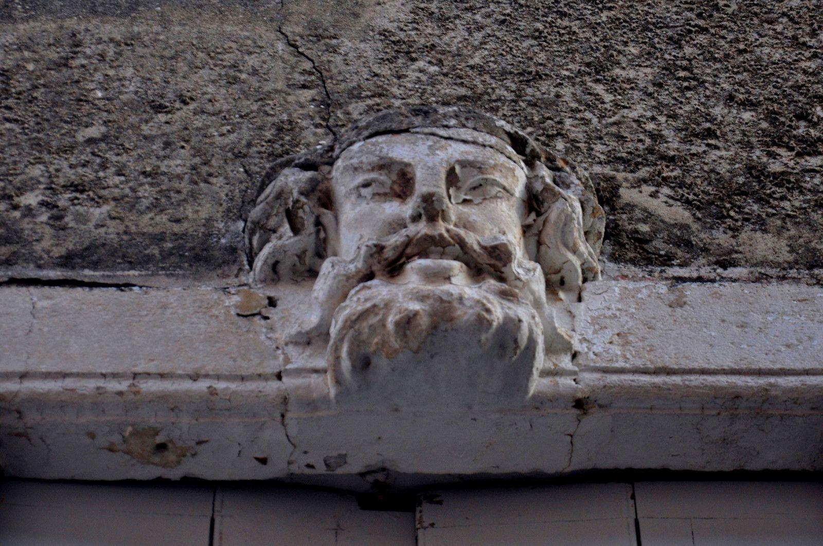 Une belle tête au dessus de la porte.