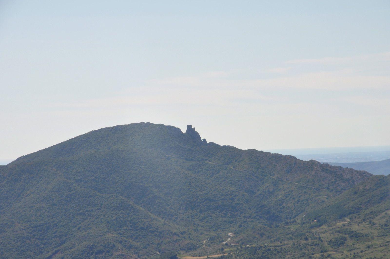 Et derrière le château de Quéribus.