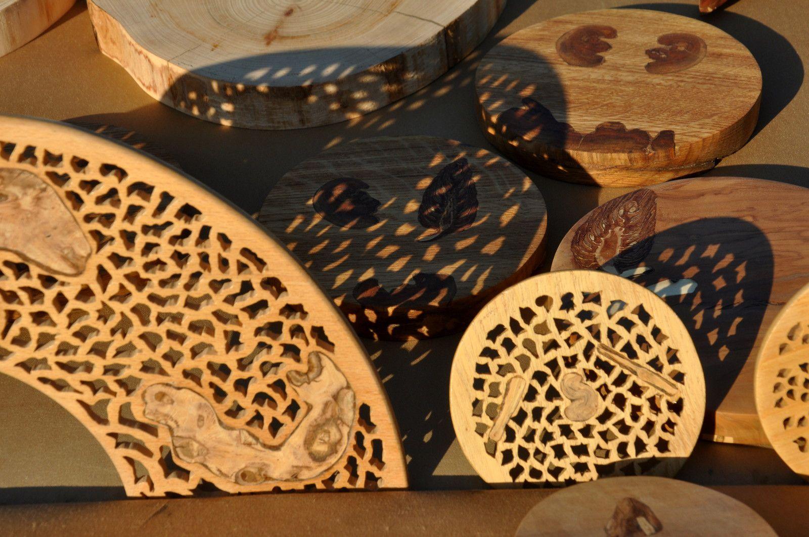 La beauté du bois brodé au soleil.