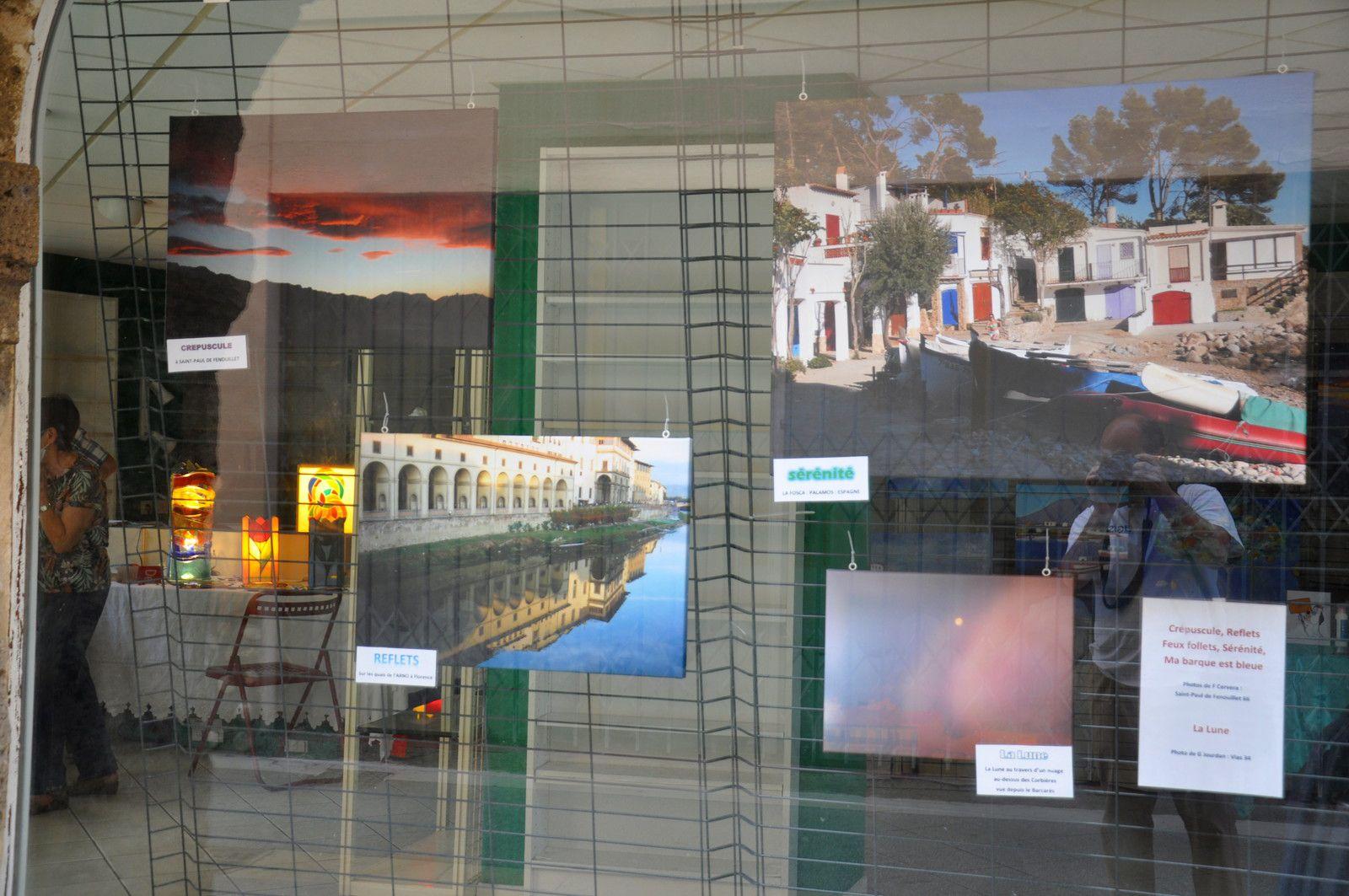 Exposition dans une salle avec peinture et vitraux.