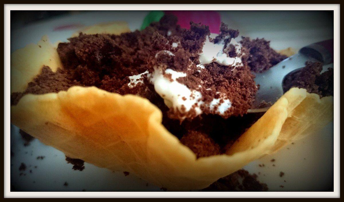 Barquillo con brownie y nata