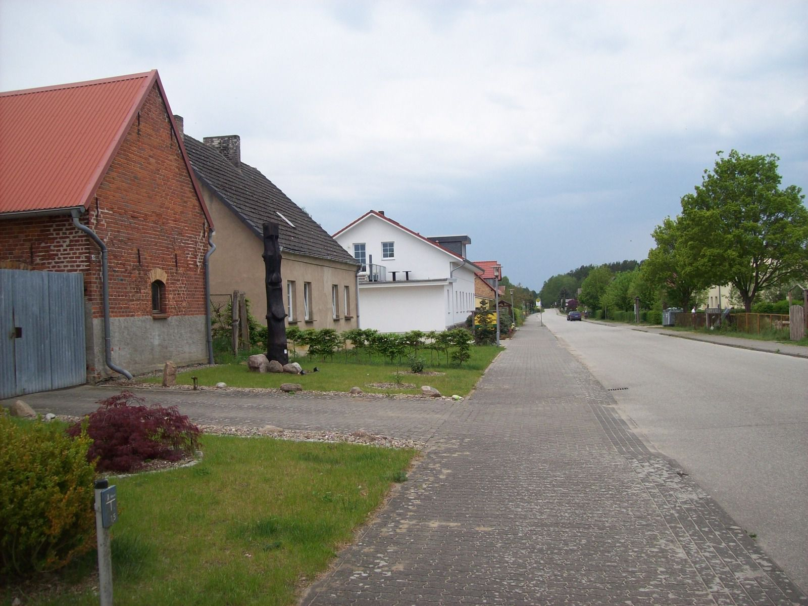 Retzower Dorfstraße mit Moai links.
