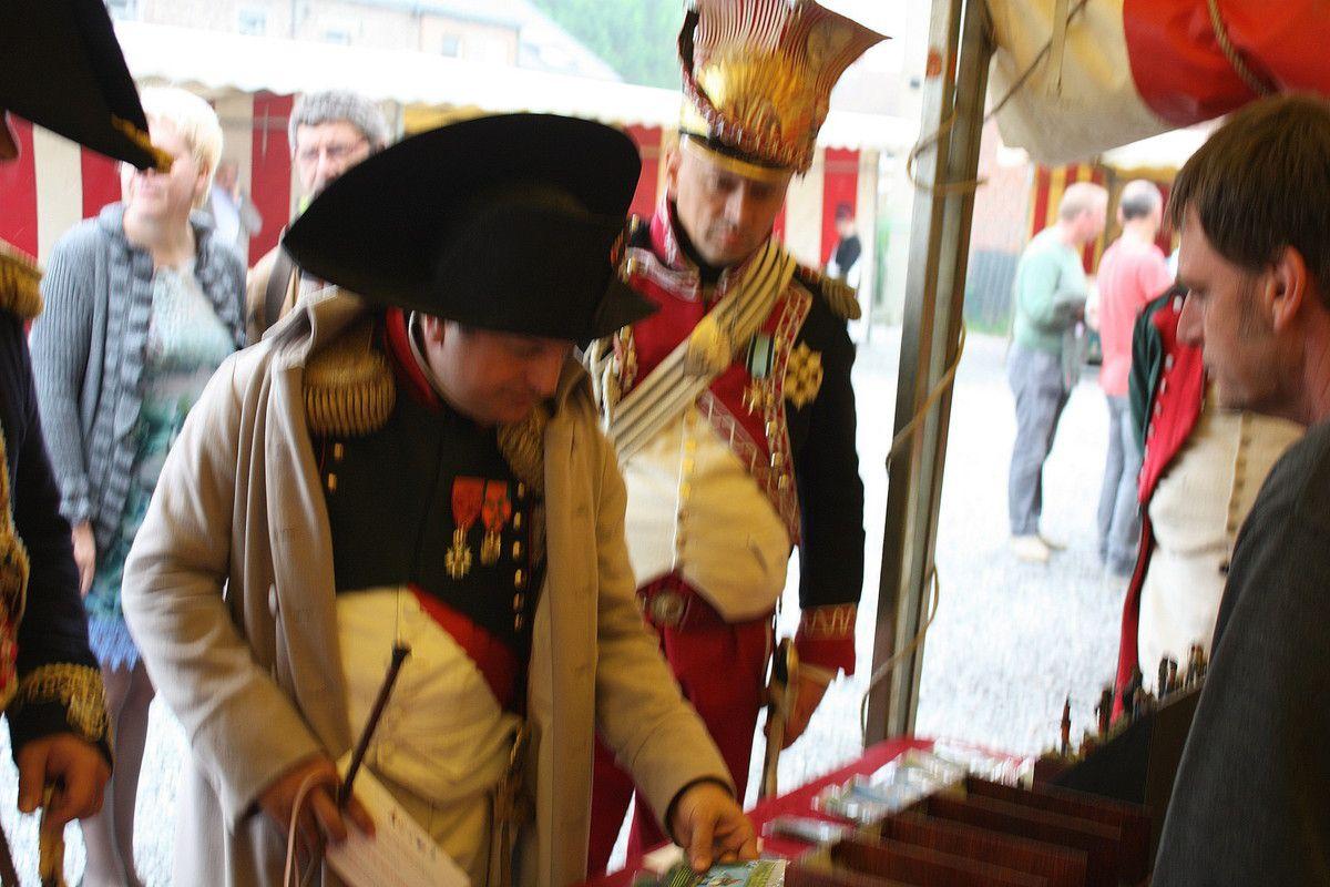 """L'Empereur sur le stand """"Les Armées de Waterloo en 1815"""" admirant notre figurine """"Napoléon en 1815"""""""