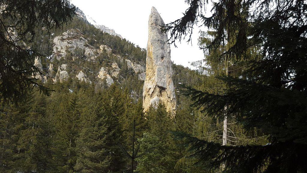 Le monolithe de Sardière vu depuis le promontoire.