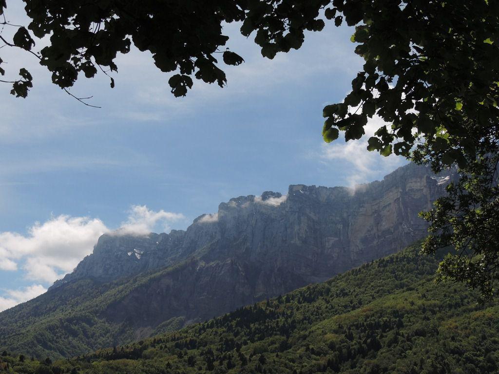 Les hautes falaises de la Chartreuse dominent le paysage.