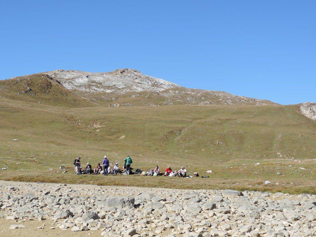 Le casse-croûte au bord du lac a des airs de bivouac au pays des Mongols