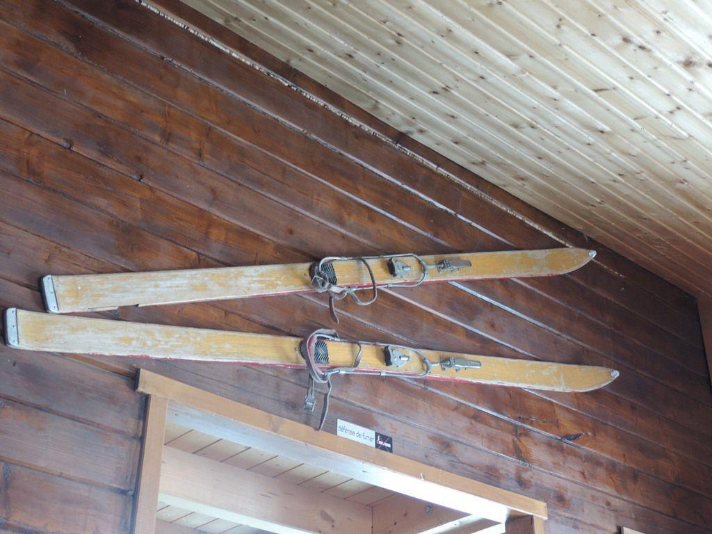 skis d'antan et menu du jour au Trapanel