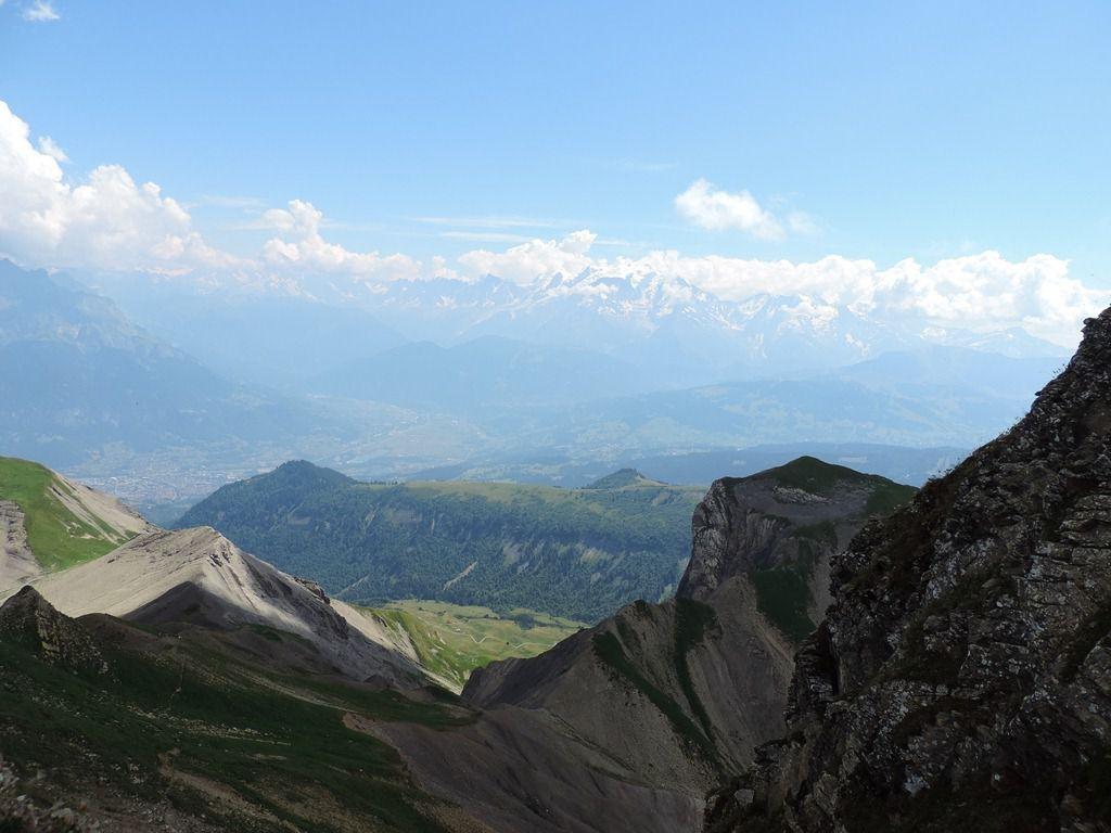 Le groupe 2 sur la crête et la vue sur Sallanches et le Mont Blanc dans les brumes.
