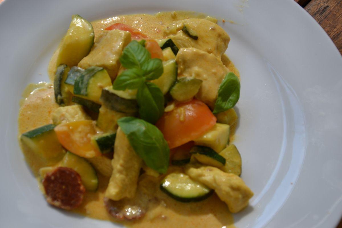 Aiguillettes de poulet au curry, chorizo  et ses petits légumes de saison