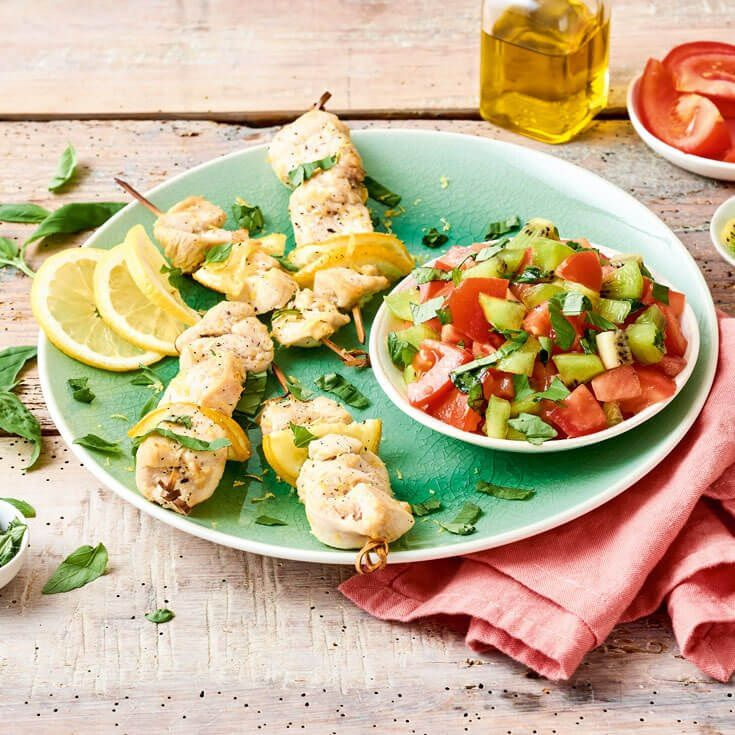BROCHETTES DE POULET, SALADE DE TOMATES AU KIWI ( photo ILLICO FRESCO )