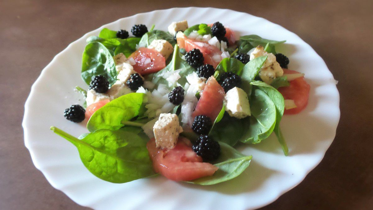 SALADE D'EPINARDS AUX MURES SAUVAGES