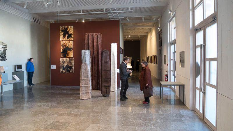 Vue de l'enfilade de l'exposition à partir du premier espace