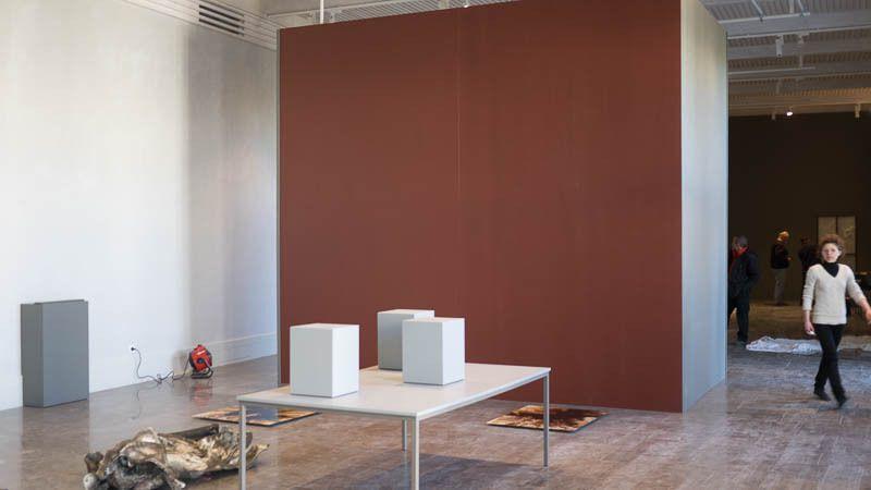 La cloison et les mobiliers créés pour l'exposition au début de la mise en oeuvre