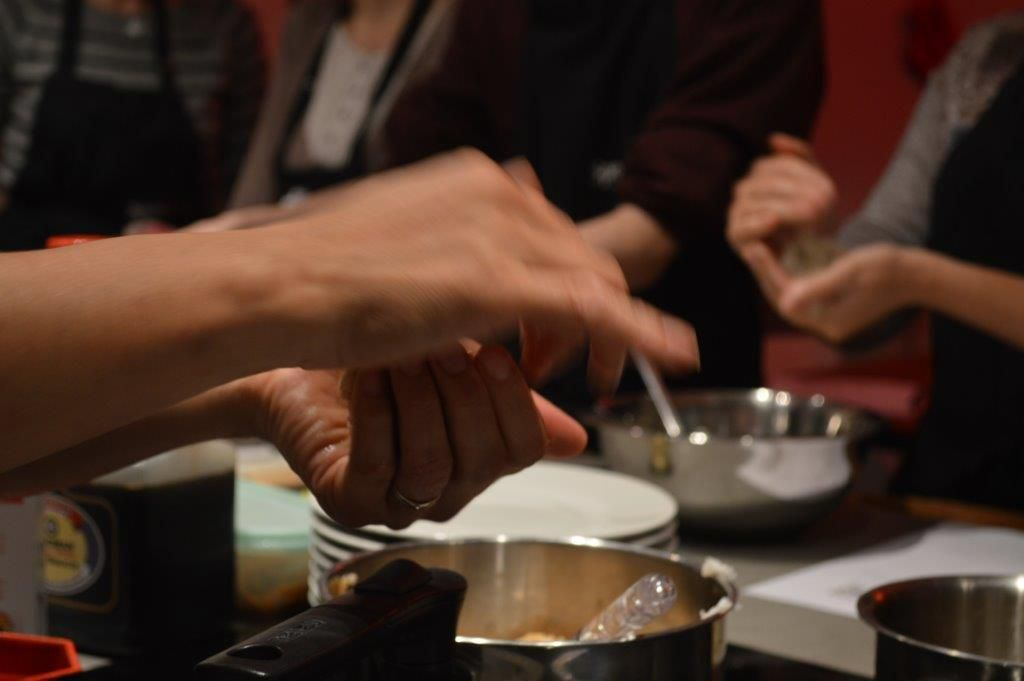 Le furikake mélangé et le façonnage d'onigiri de Ikuko