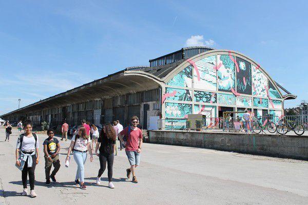 L'extérieur de la Halle Freyssinet transformé en hall d'exposition pour le festival (pour la 2ème année)