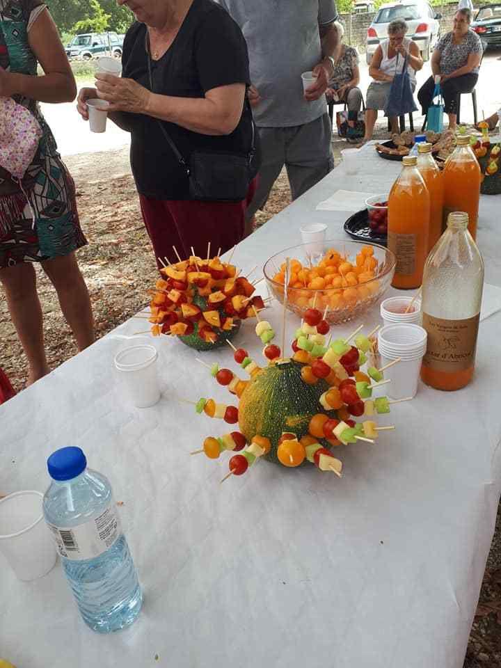 quelques brochettes de fruits et légumes accompagné de nectar d'abricots