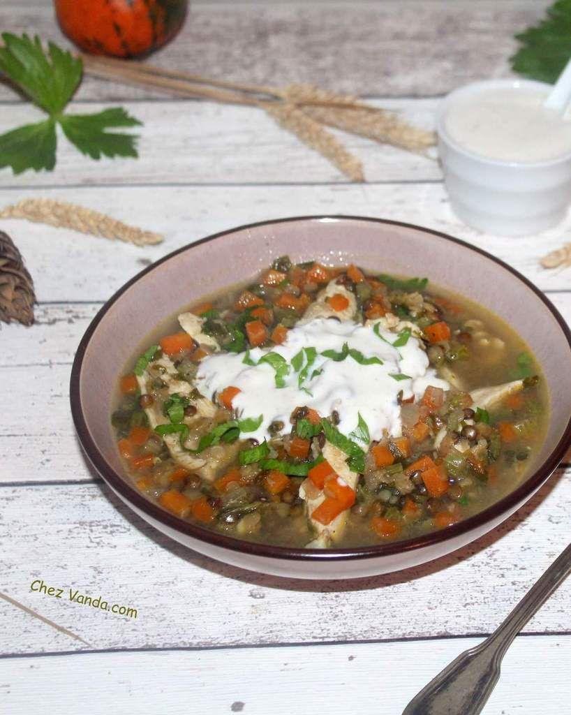 Soupe de poulet aux lentilles avec yaourt épicé