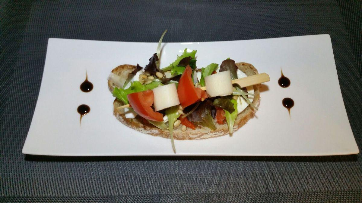 5 - Placer vos bruschettas sur des assiettes de service à décorer à votre goût. Déposer dessus les brochettes de scampis ou végétariennes et déguster aussitôt.