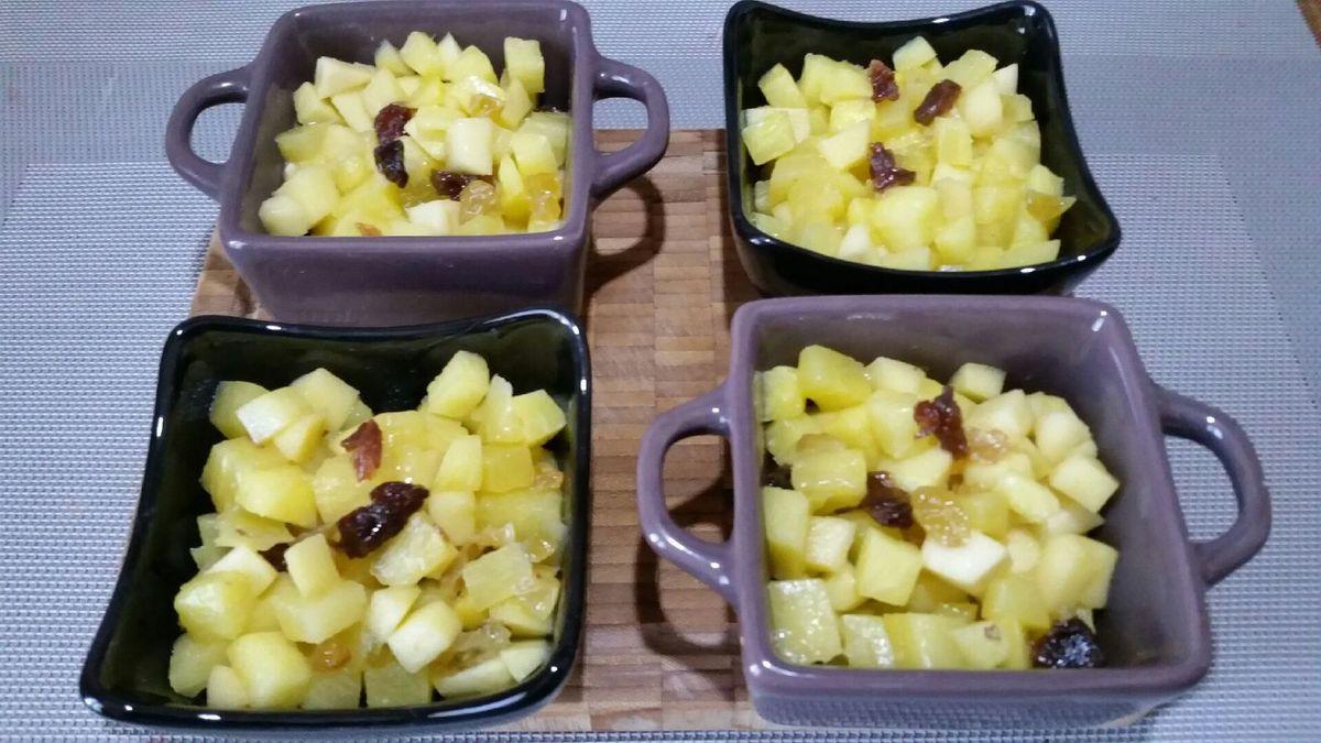 3 - Préchauffer votre four Th 6/7 (200°). Répartir votre mélange ananas/pomme/raisins dans 4 ramequins ou mini cocottes. Reserver