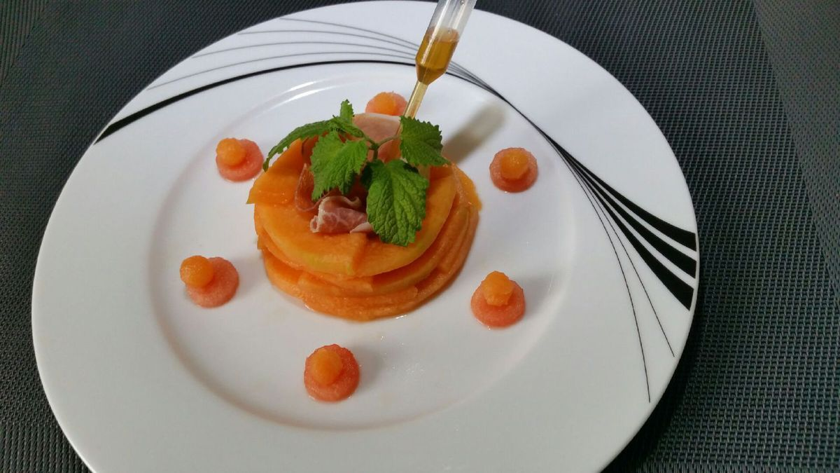 4 - Une fois cette belle entrée servie, utiliser la pipette remplie de caramel au Porto pour la répartir sur la fleur de melon.