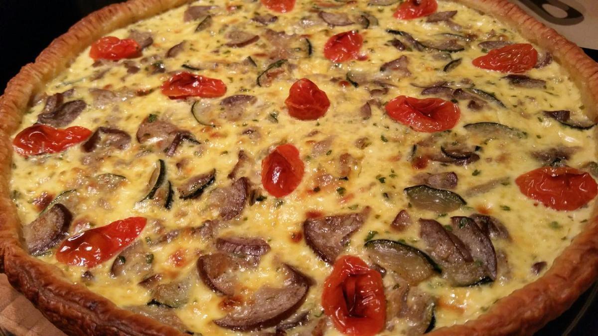 3 - Dès la sortie du four, servir votre quiche bien chaude et la partager autour d'un repas convivial !