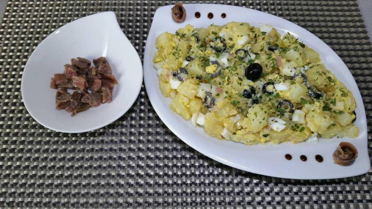 6 - Votre ensaladilla rusa est prête ! La mettre au réfrigérateur pour la déguster fraîche saupoudrée de persil et joliment présentée sur une assiette de service et l'accompagner des petits anchois.