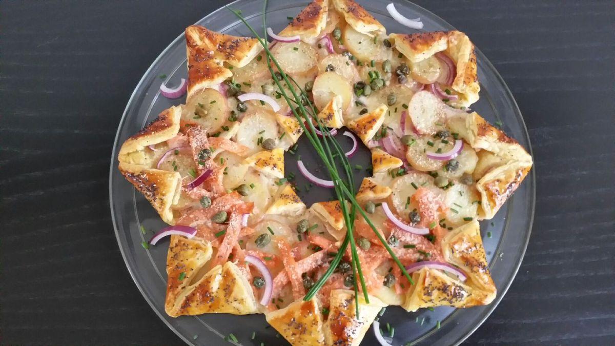 tarte fine étoilée au saumon, pommes de terre, oignon et fromage