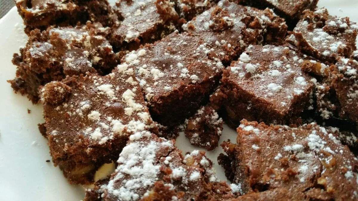 5 - Une fois cuit, laisser refroidir et découper le brownie en portions individuelles, saupoudrer de sucre glace, et déguster tel que ou accompagné de glace à la vanille ou crème anglaise.