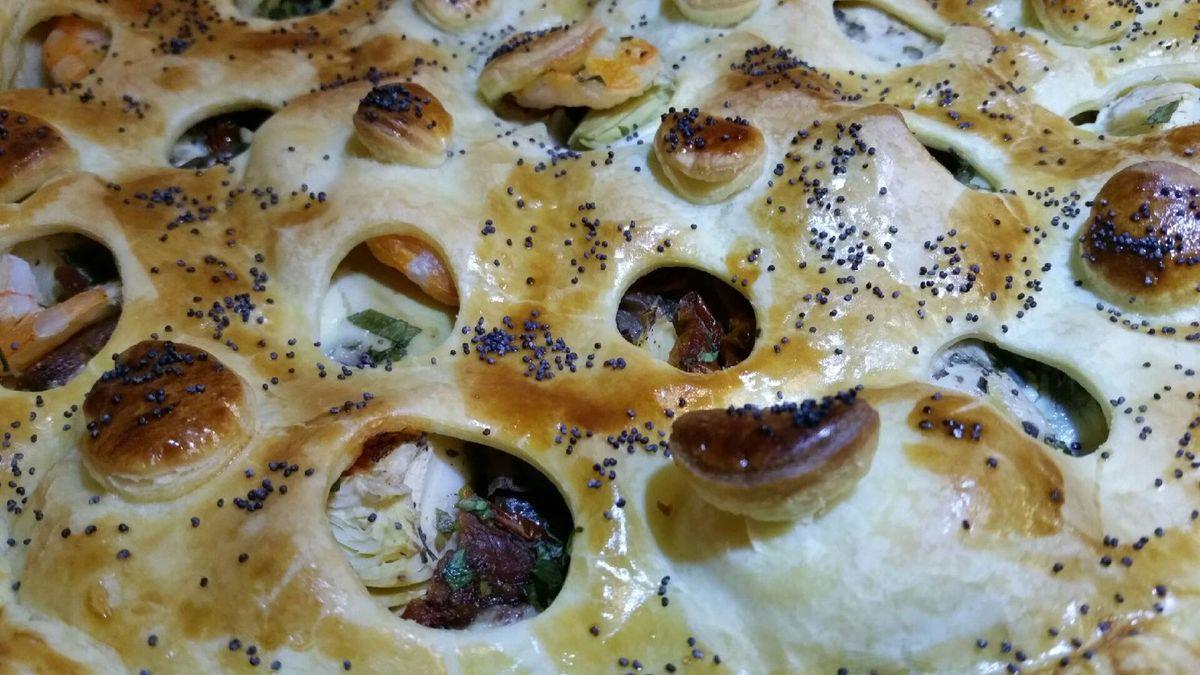 4 - Une fois cuite, sortir la tourte du four, la glisser sur un plat de service et déguster aussitôt accompagnée d'une salade verte.
