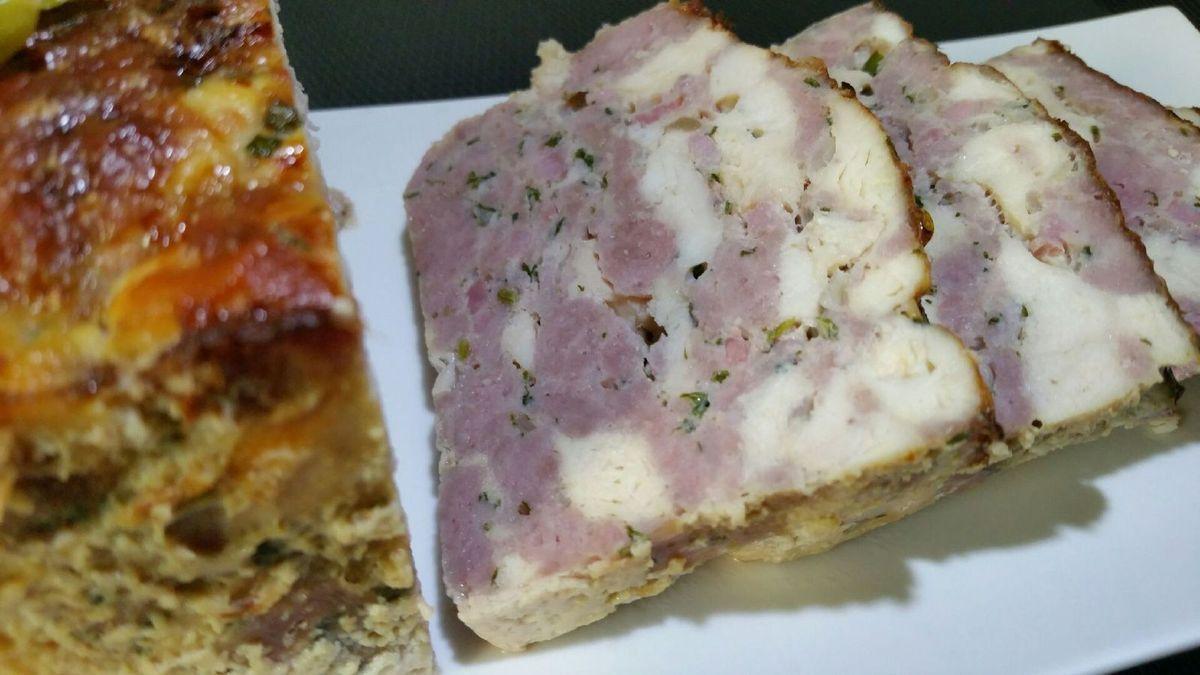 4 - Laisser tiédir, démouler la terrine et servir froide en entrée ou en plat principal léger avec cornichons et salade.