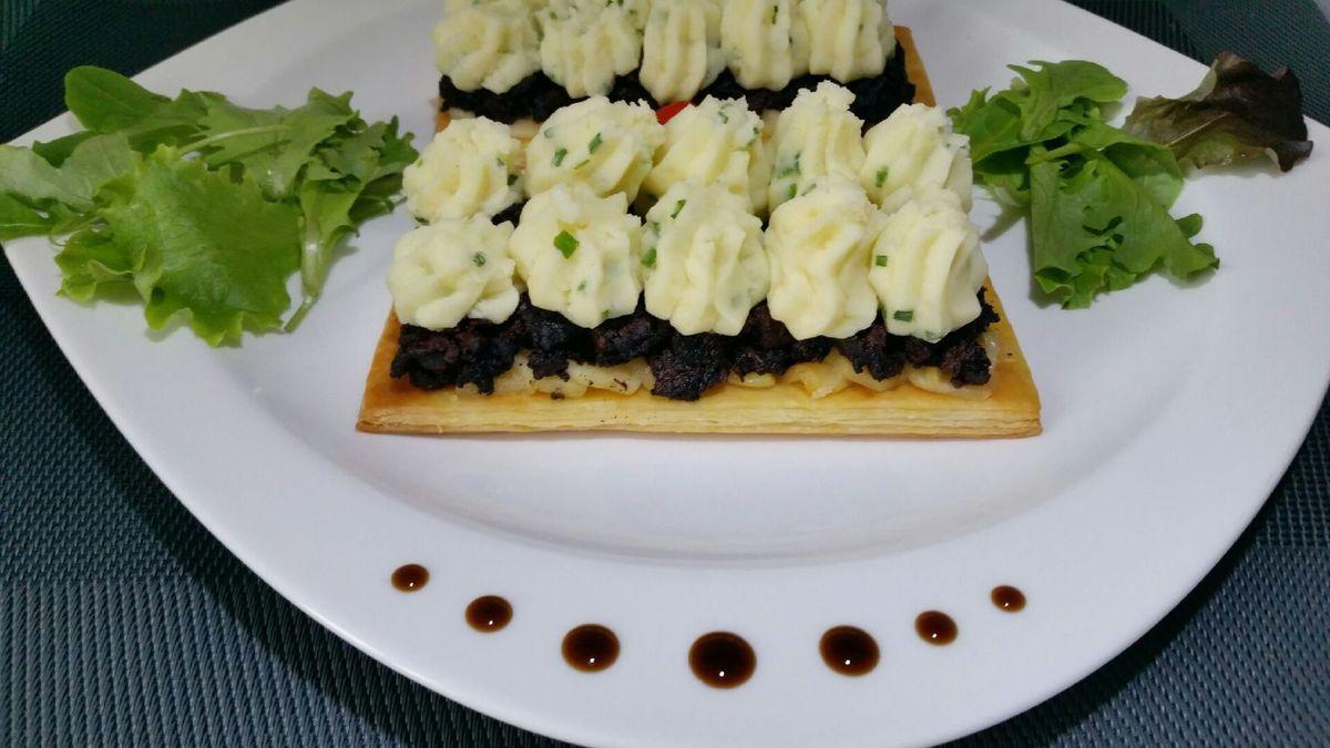 5 - Servir aussitôt en décorant l'assiette comme vous le souhaitez (ici salade, tomate cerise et points de réduction de vinaigre balsamique).