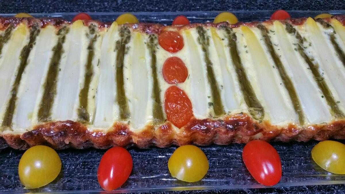 5 - Sortir la tarte du four, laisser tiédir 5 mn, démouler, présenter sur une assiette de service et déguster chaud.