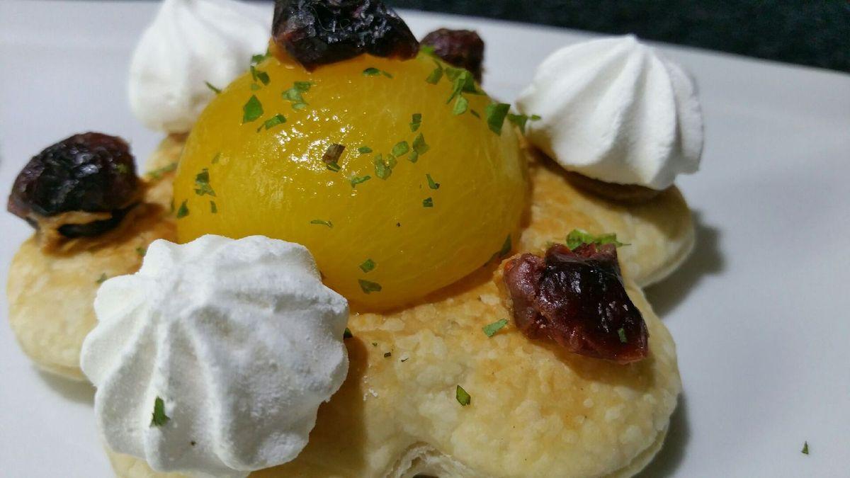 3 - Disposer les tartelettes sur des assiettes en décorant de quelques points de coulis d'abricot (fait avec les oreillons restant) ou de fruits rouges et servir de suite pour un goûter ou en dessert en fin de repas.